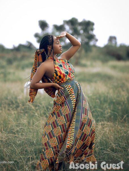 lady rocking asoebi in her early stage of pregnancy